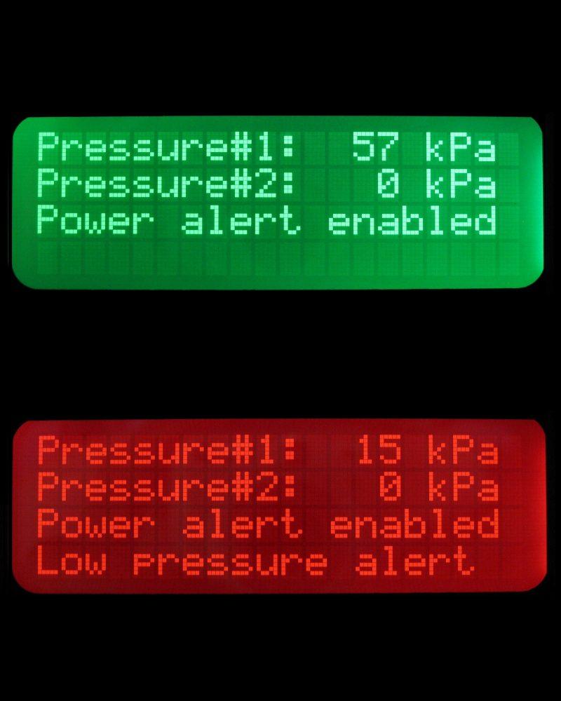 Sentinelin informatiivinen LCD-näyttö normaalitilassa ylhäällä ja hälytystilassa alhaalla.